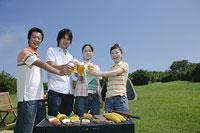ビールで乾杯をする若い男女4人
