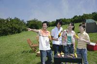 バーベキューをする若い男女4人