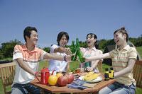 乾杯をする若い男女4人