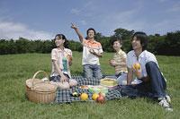 ピクニックをする若い男女4人