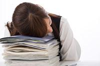 仕事中に疲れて寝る女性