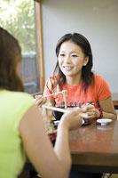 蕎麦を食べる若い女性2人