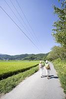 嵯峨野を散策する若い女性2人