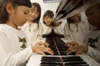 ピアノを弾く小学生 11014006505| 写真素材・ストックフォト・画像・イラスト素材|アマナイメージズ