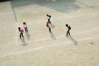 校庭で遊ぶ小学生