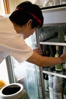 冷蔵庫を覗く店員