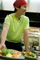 キッチンに立つ男性店員
