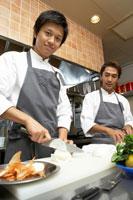タマネギを切る調理師2人