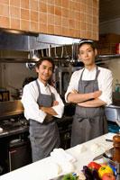キッチンに立つ調理師2人