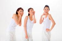 トレーニングウェア姿の女性たち 11014006726  写真素材・ストックフォト・画像・イラスト素材 アマナイメージズ