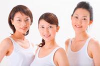 トレーニングウェア姿の女性たち 11014006728  写真素材・ストックフォト・画像・イラスト素材 アマナイメージズ