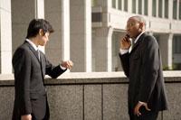 携帯電話で話をするビジネスマン