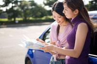 地図を見る若い女性2人