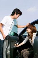 車から降りる若いカップル