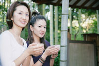 茶店で抹茶を飲む女性2人