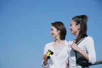 遠くを眺める女性2人