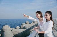 海を眺める女性2人 11014007021| 写真素材・ストックフォト・画像・イラスト素材|アマナイメージズ