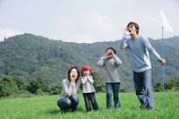 草原で大声で叫ぶ親子
