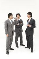 談笑する男性3人