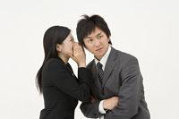 内緒話をする女性と男性