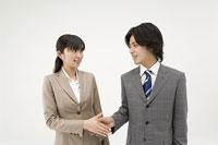 握手する男性と女性