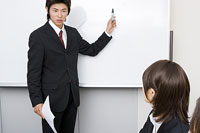 ホワイトボードの前に立つ男性 11014007670| 写真素材・ストックフォト・画像・イラスト素材|アマナイメージズ