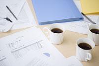 散らかった書類とコーヒー