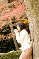 木によりかかる女性