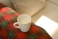 ソファに置かれたカップ