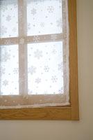 雪の柄のカーテンがかかった窓