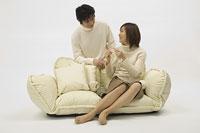 編み物をする妻とそれを見守る夫 11014007925| 写真素材・ストックフォト・画像・イラスト素材|アマナイメージズ