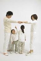 子供と遊ぶ夫婦 11014007952| 写真素材・ストックフォト・画像・イラスト素材|アマナイメージズ