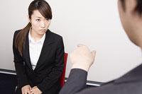 上司に叱られる女性 11014008417| 写真素材・ストックフォト・画像・イラスト素材|アマナイメージズ