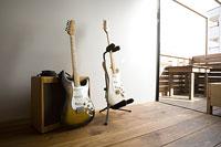 2本のエレキギターとアンプ