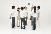 ボールで遊ぶ若者達