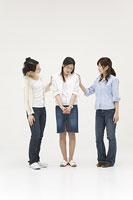 相談する3人の女性