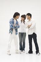 喧嘩をする2人の男性と仲裁に入る女性