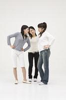 喧嘩をする2人の女性と仲裁に入る女性