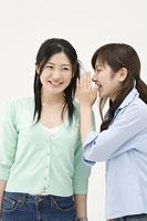 内緒話をする2人の女性