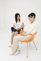 椅子に座っている2人の女性