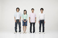立っている4人の若者