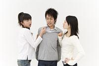 喧嘩をする2人の女性と男性