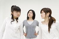 喧嘩をする3人の女性