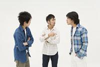 喧嘩をする3人の男性