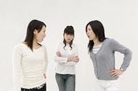 対立する女性3人