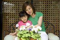 花を見る親子 11014009037| 写真素材・ストックフォト・画像・イラスト素材|アマナイメージズ