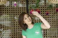 花を見る母親 11014009038| 写真素材・ストックフォト・画像・イラスト素材|アマナイメージズ