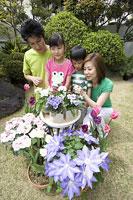 花を見る親子 11014009040| 写真素材・ストックフォト・画像・イラスト素材|アマナイメージズ