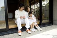 庭を眺める親子 11014009063| 写真素材・ストックフォト・画像・イラスト素材|アマナイメージズ