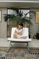 ソファに座る子供 11014009077| 写真素材・ストックフォト・画像・イラスト素材|アマナイメージズ